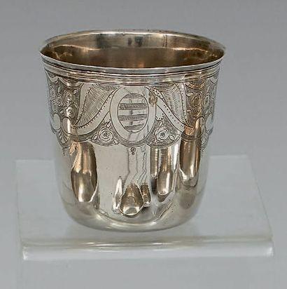Gobelet dit curon en argent uni gravé à mi-corps...