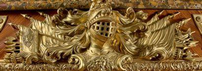 Armoire basse à façade de forme arbalète ouvrant à deux vantaux à riche décor marqueté...