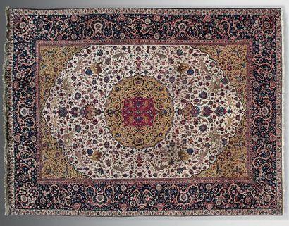 Grand tapis persan Goum à décor de médaillons...