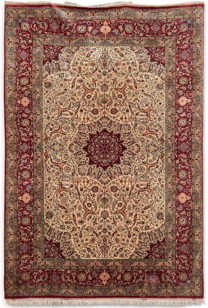 Paire de tapis persan Naïn à médaillon et...