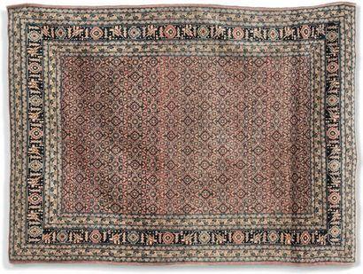 Tapis Tabriz orné d'un semis de fleurs stylisées....