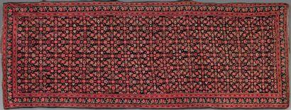 Long tapis Karabagh orné de lignes de fleurs....