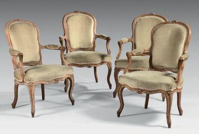 Quatre fauteuils à dossier cabriolet en hêtre...