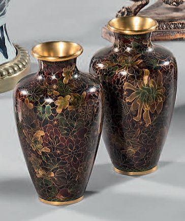 Paire de petits vases ovoïdes en cuivre émaillé de fleurs polychromes. Chine. Hauteur:...