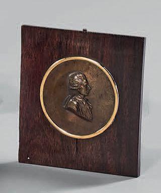 Médaillon en bronze patiné orné d'un profil...