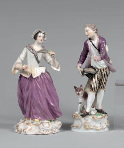 Deux statuettes en porcelaine de Saxe polychrome représentant un homme avec son...