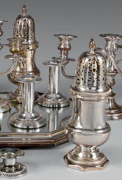 Lot en métal argenté comprenant: une paire...