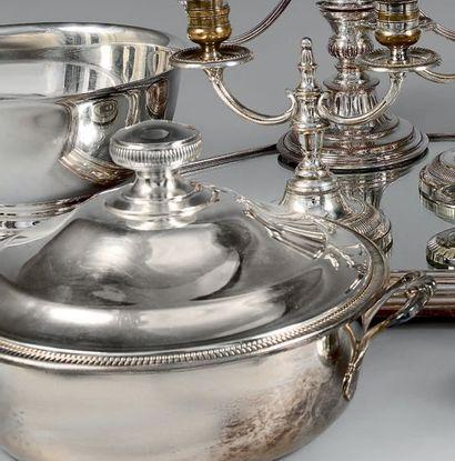 Lot en métal argenté uni comprenant: un légumier...