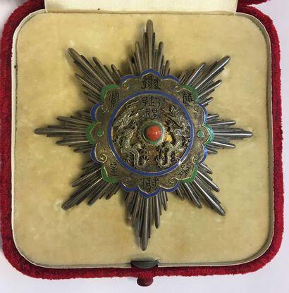 Chine - Ordre du Double Dragon, plaque de IIe classe du IIIe grade en forme de soleil...