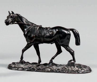Statuette de cheval sellé, en régule patiné....