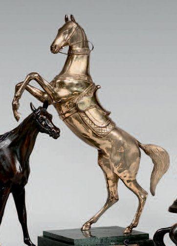 Statuette de cheval cabré en bronze doré....