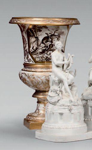Grand vase Médicis en porcelaine orné d'un...