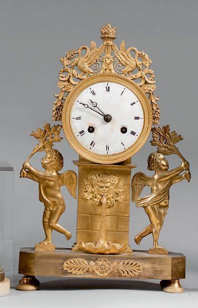 Pendule d'applique à poser en bronze doré...