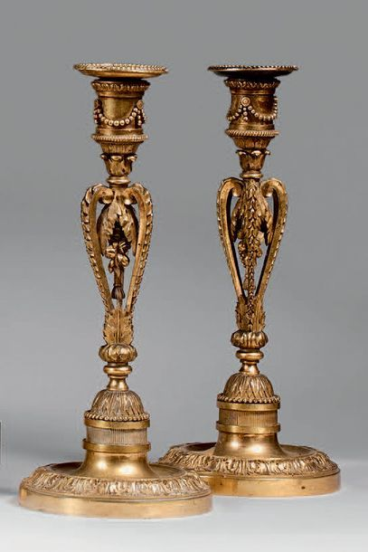 Paire de flambeaux en bronze doré à fût ajouré...