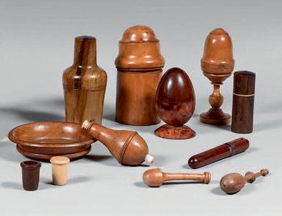 Collection d'objets en bois tourné: coupelle,...