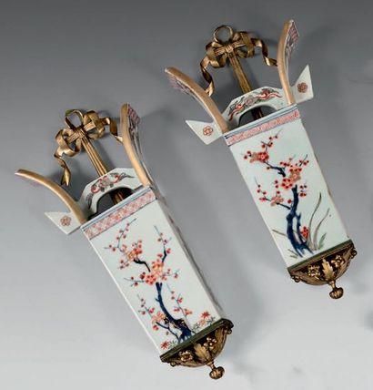 Paire de bouquetières d'applique en porcelaine...