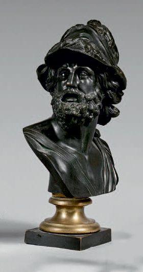 Buste d'Ajax casqué en bronze patiné. Piédouche...