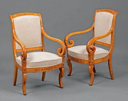 Paire de fauteuils en placage d'érable moucheté...