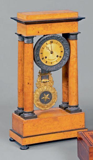 Pendule portique à quatre colonnes en placage...