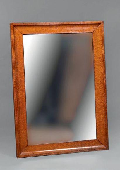 Grand miroir dans un encadrement à doucine...