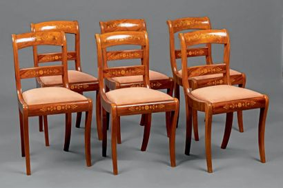 Suite de six chaises à châssis à dossier...