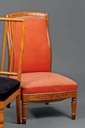 Chaise basse «coin de feu» à décor incrusté...