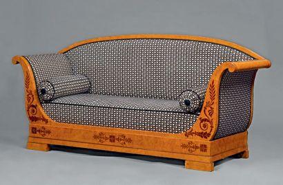 Canapé en placage de frêne incrusté de palmettes...