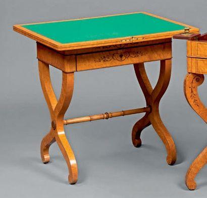 Table à jeux en placage d'érable moucheté...