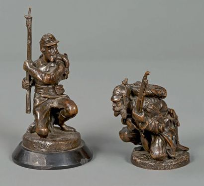 Deux statuettes de soldats fantassins à genoux...