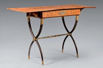 Table en placage de loupe d'orme à deux volets, ouvrant à un tiroir en ceinture....