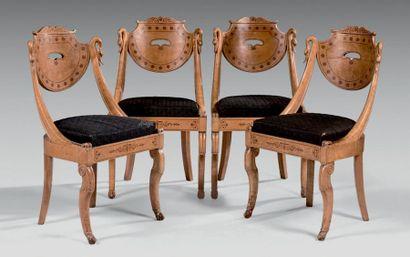 Suite de quatre chaises gondole à châssis...