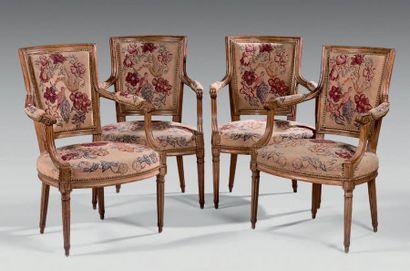 Suite de quatre fauteuils cabriolet en hêtre...
