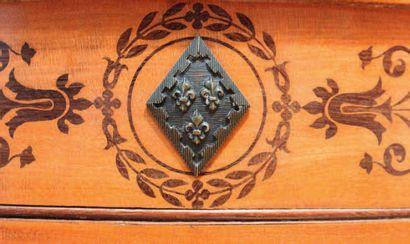 Guéridon formant table à jeu de brelan en placage d'érable à décor marqueté en amarante...