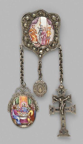 Châtelaine en argent ornée d'un médaillon en porcelaine polychrome figurant le Christ...