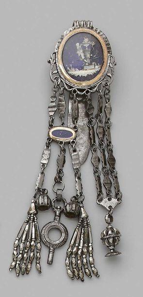 Châtelaine en métal ornée d'un médaillon ovale figurant l'autel de l'amour et un...