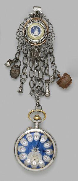 Châtelaine en métal ajouré orné d'un médaillon...