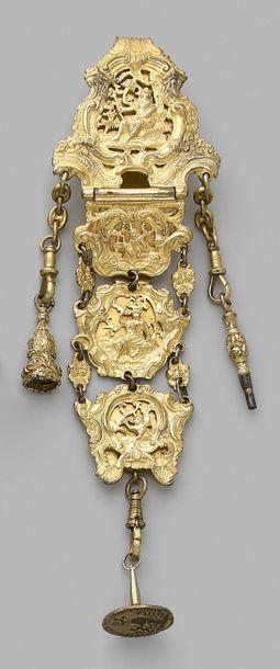 Châtelaine en pomponne à quatre médaillons décorés de personnages dans un paysage...