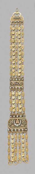 Grande châtelaine en or à cinq rangs de maillons fleuronnés et feuillagés, ornée...