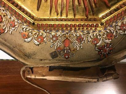 Grand médaillon à suspendre en laiton doré, orné d'une Assomption de la Vierge en...