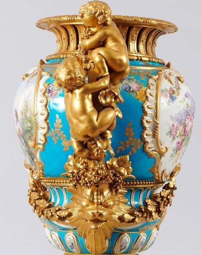 Paire de grands vases de forme balustre en porcelaine polychrome et or ornée de...