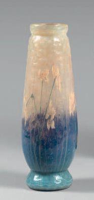 DAUM Vase ovoïde allongé sur talon. Epreuve de tirage industriel réalisée en verre...