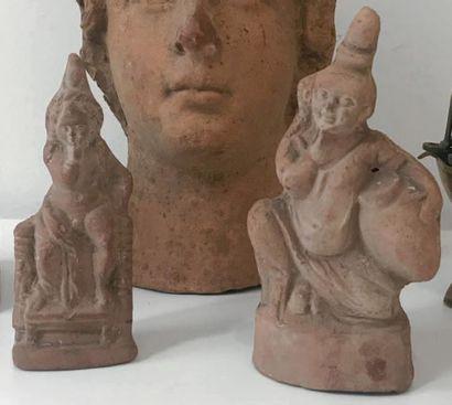 Lot composé de deux statuettes représentant...