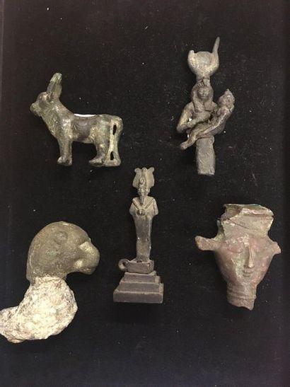 Lot composé de cinq bronzes représentant...