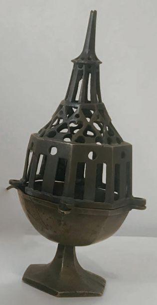 Encensoir sur piédouche hexagonal à décor...