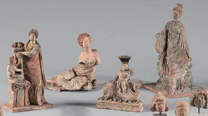 Lot composé de trois statuettes représentant...