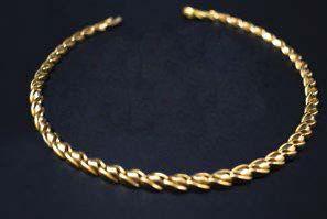 -Collier articulé en or jaune (750 millièmes) les maillons légèrement torsadés....