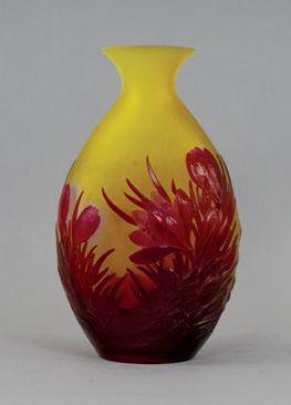 Emile GALLE (1846 - 1904) Vase de forme gourde aplatie. Décor soufflé-moulé de crocus...