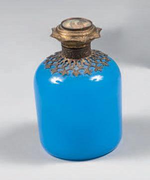 Suite de quatre petits flacons à parfum en...