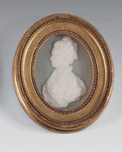 Profil de femme en relief, ovale en biscuit,...