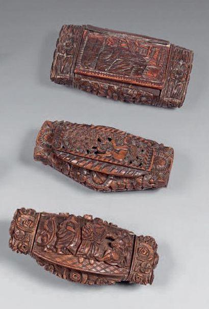 Trois boîtes à tabac sculptée en noix de...